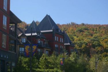 Autumn View: The top of our hotel entrance with a view of Blue Mountain behind in full fall colours